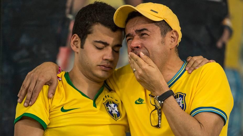 Torcedores brasileiros choram a derrota da seleção para a Alemanha no Mineirão, em Belo Horizonte