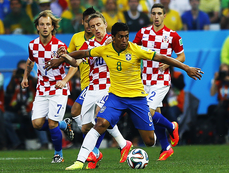 Paulinho disputa a bola com um jogador da Croácia no Itaquerão, em São Paulo