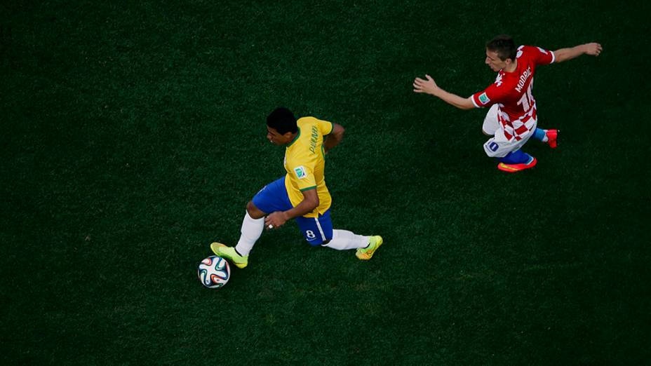 Paulinho durante o jogo contra a Croáciano Itaquerão, em São Paulo