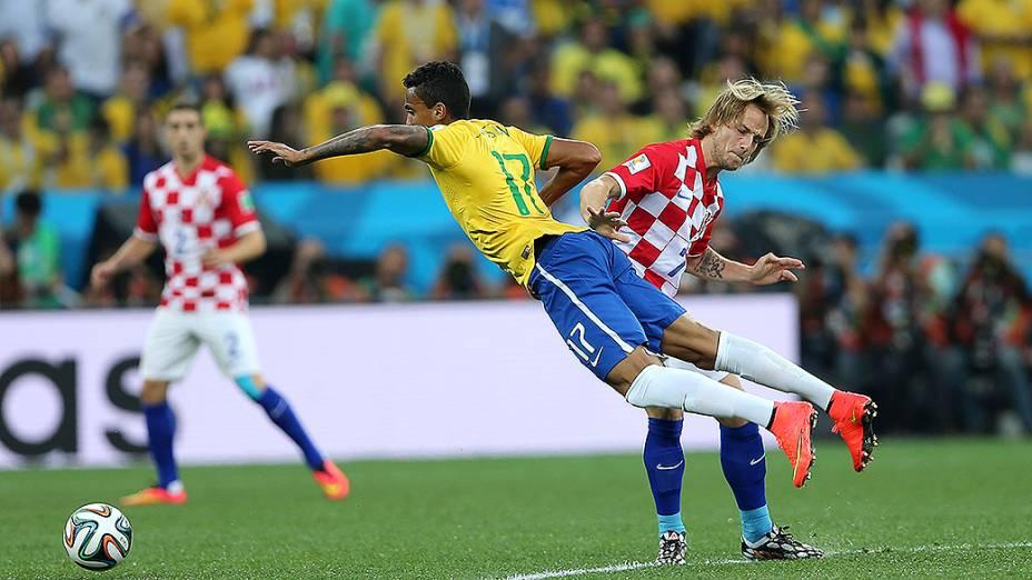 Luiz Gustavo sofre falta no jogo contra a Croácia no Itaquerão, em São Paulo