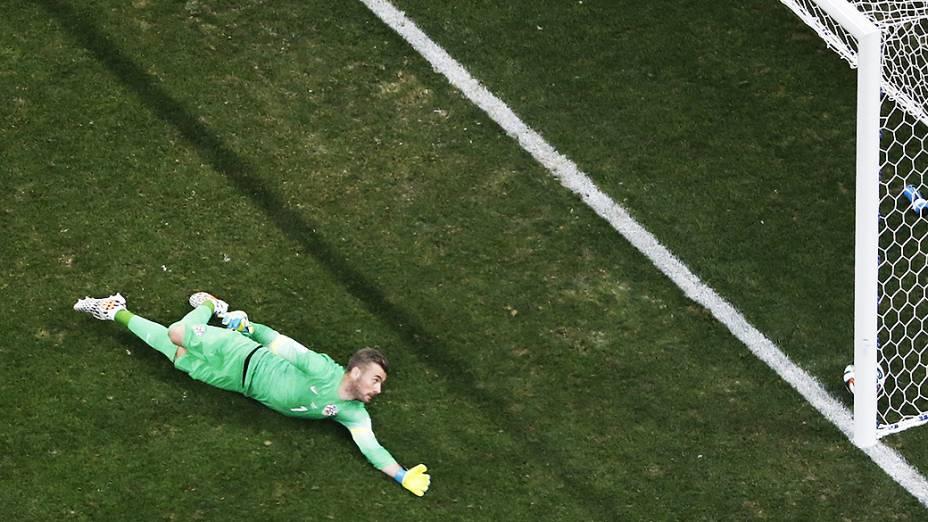 Goleiro da Croácia não consegue defender chute de Neymar e Brasil empata o jogo