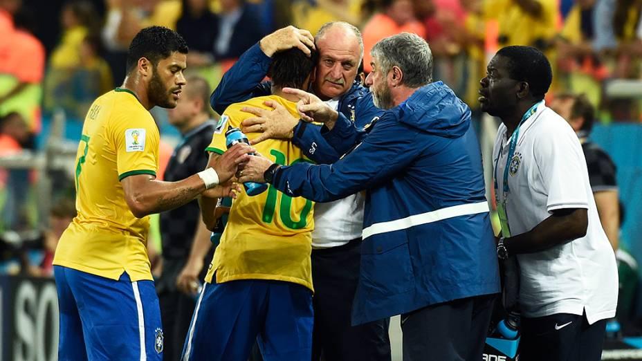 O técnico Luiz Felipe Scolari abraça Neymar após o camisa 10 marcar o gol de empate do Brasil