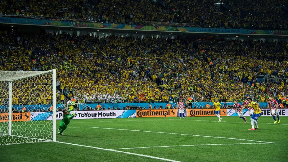 Neymar faz gol de penalti e vira o placar para o Brasil
