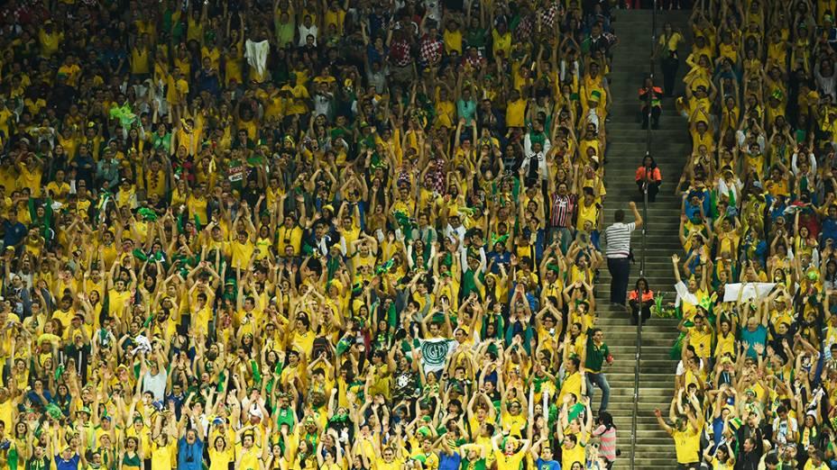 Torcedores fazem ola durante o jogo entre Brasil e Croácia no Itaquerão, em São Paulo