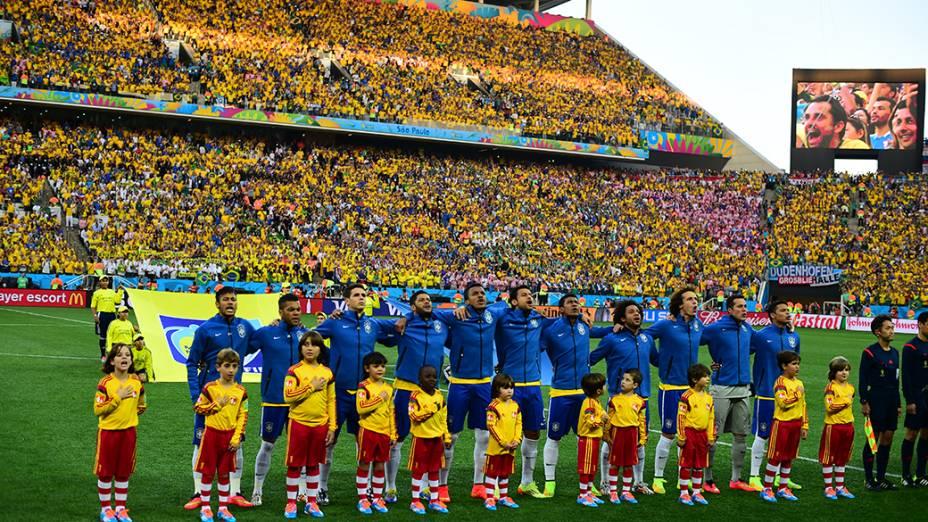 Jogadores da seleção cantam o Hino Nacional antes do jogo contra a Croácia no Itaquerão, em São Paulo