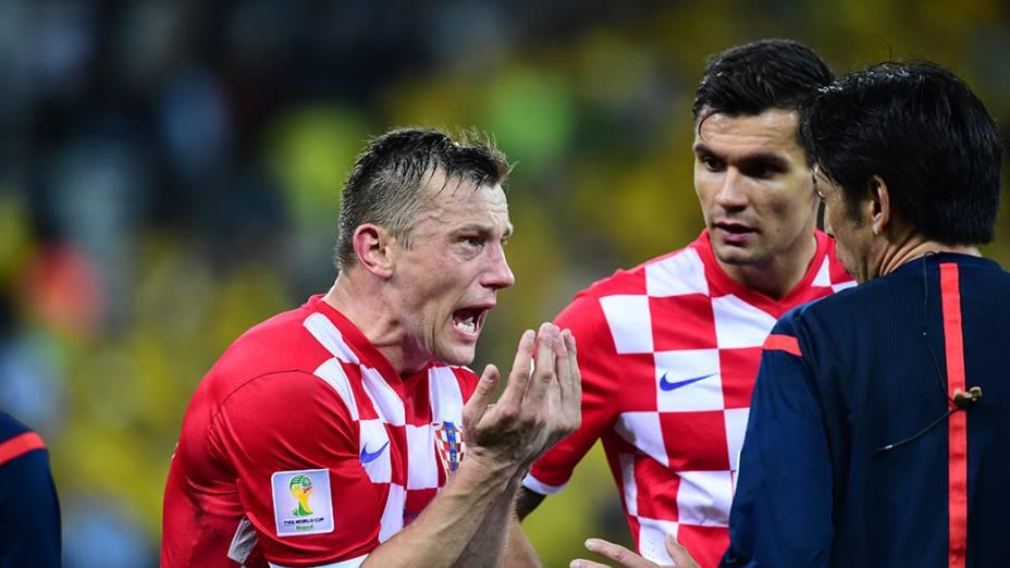 Jogadores da Croácia reclamam com o árbitro no final da partida