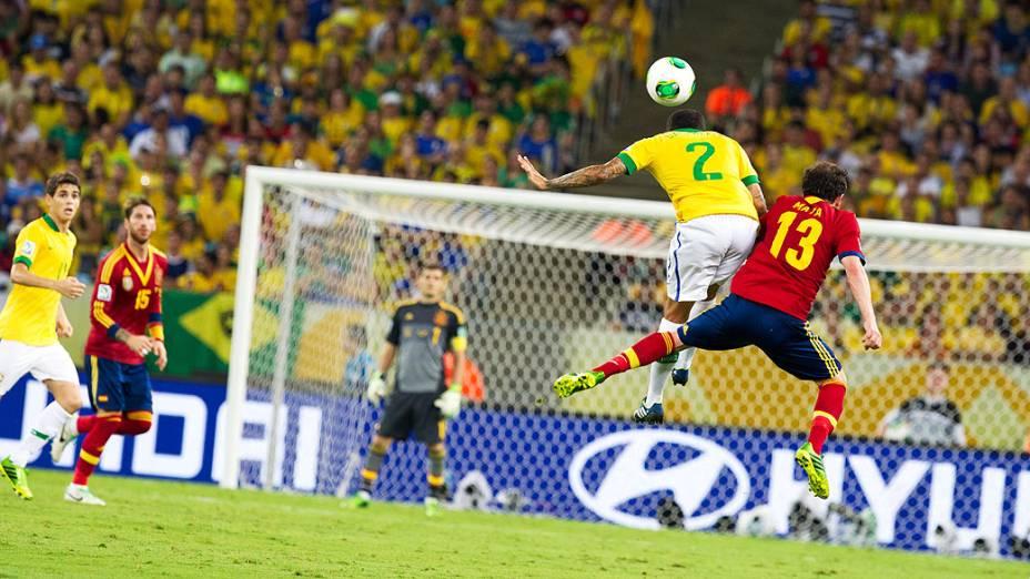 Disputa de bola no estádio do Maracanã durante final da Copa das Confederações entre Brasil e Espanha, no Rio de Janeiro