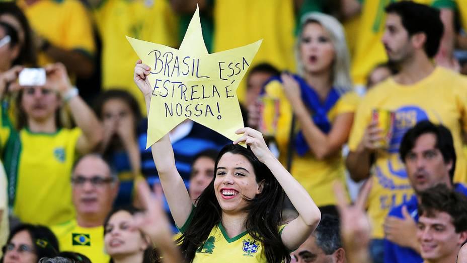 Torcedora no estádio Maracanã durante final da Copa das Confederações entre Brasil e Espanha, no Rio de Janeiro