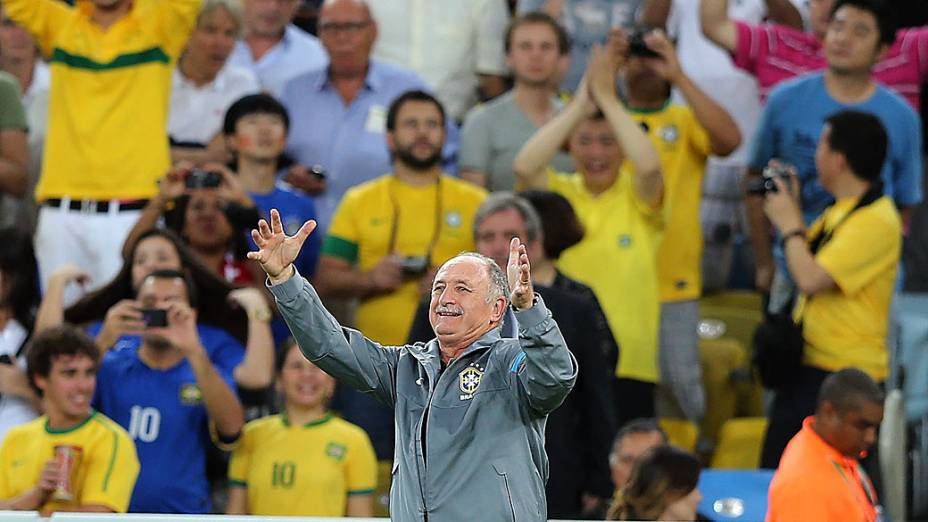 Felipão vibra com gol do Brasil no estádio Maracanã durante final da Copa das Confederações entre Brasil e Espanha, no Rio de Janeiro