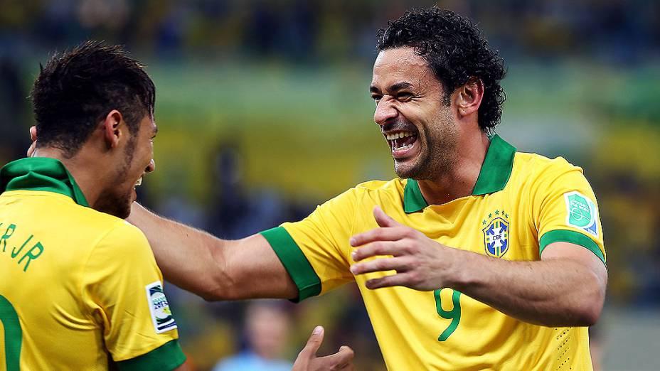 Fred comemora gol com Neymar no estádio Maracanã durante final da Copa das Confederações entre Brasil e Espanha, no Rio de Janeiro