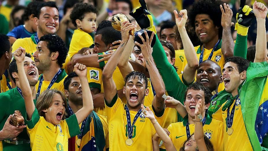 Neymar com a taça no estádio Maracanã durante final da Copa das Confederações entre Brasil e Espanha, no Rio de Janeiro