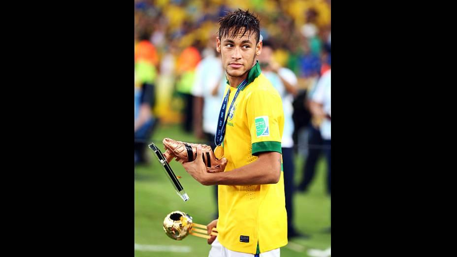 Neymar com seus prêmios no estádio Maracanã durante final da Copa das Confederações entre Brasil e Espanha, no Rio de Janeiro