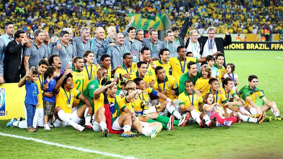 Seleção brasileira posa para foto no estádio Maracanã durante final da Copa das Confederações entre Brasil e Espanha, no Rio de Janeiro