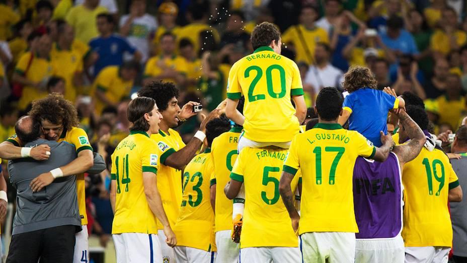 Jogadores comemoram no estádio Maracanã durante final da Copa das Confederações entre Brasil e Espanha, no Rio de Janeiro