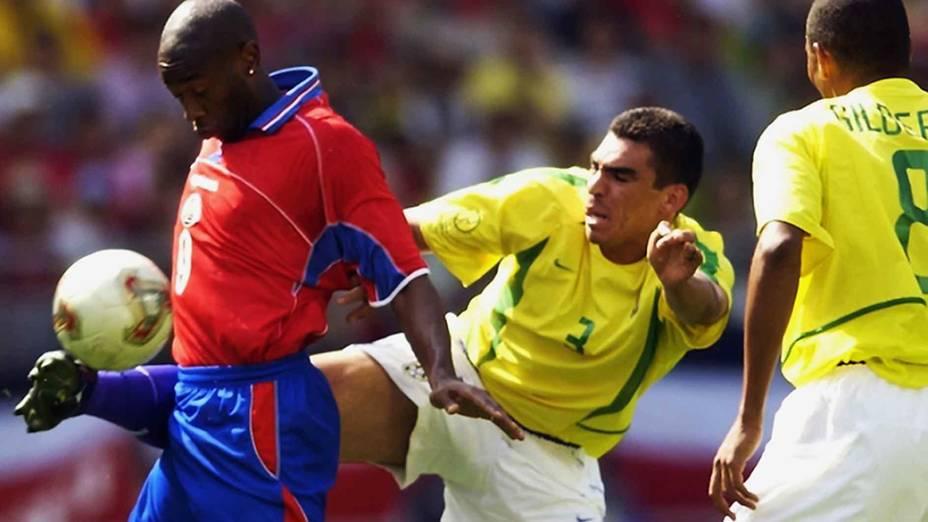 Paulo Wanchope da Costa Rica disputa jogada com o zagueiro Lúcio da seleção brasileira na Copa de 2002