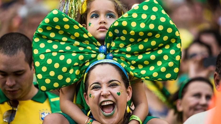 Torcedora brasileira durante o jogo contra a Colômbia no Castelão, em Fortaleza