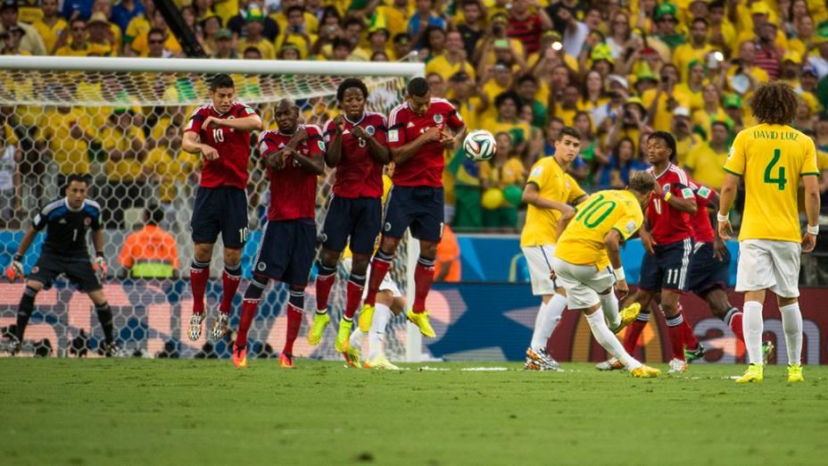 Neymar cobra falta no jogo contra a Colômbia no Castelão, em Fortaleza