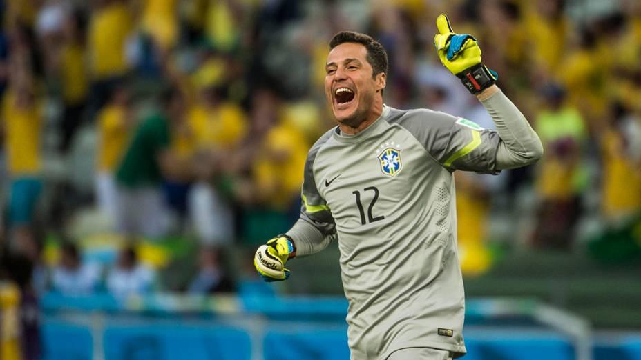 Júlio César comemora gol do Brasil contra a Colômbia no Castelão, em Fortaleza