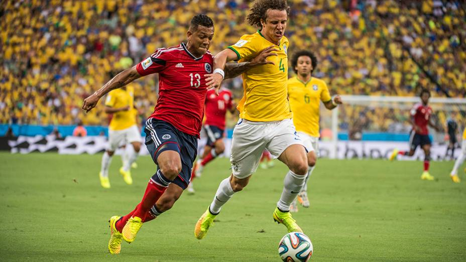 David Luiz disputa a bola com jogador da Colômbia no Castelão, em Fortaleza