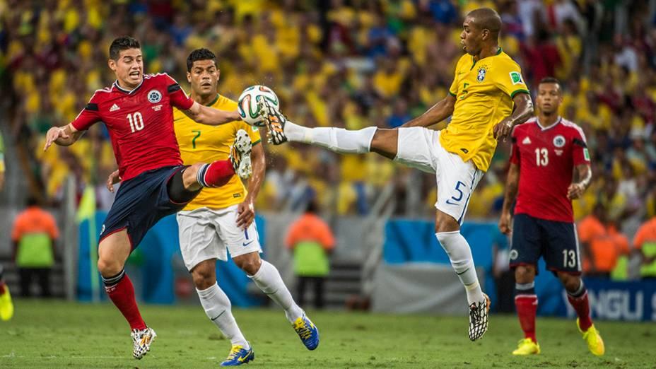 Fernandinho disputa a bola com o colombiano James Rodríguez