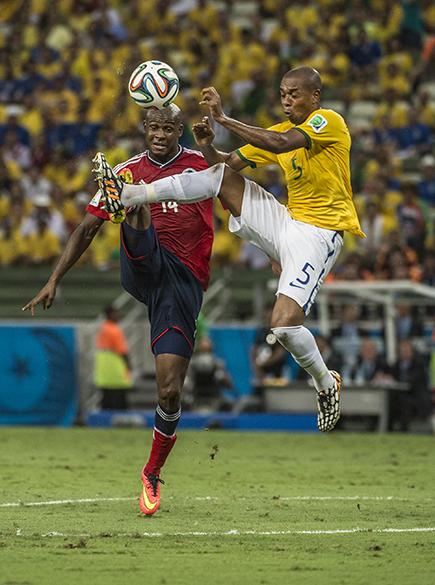 Fernandinho disputa a bola com o jogador da Colômbia no Castelão, em Fortaleza