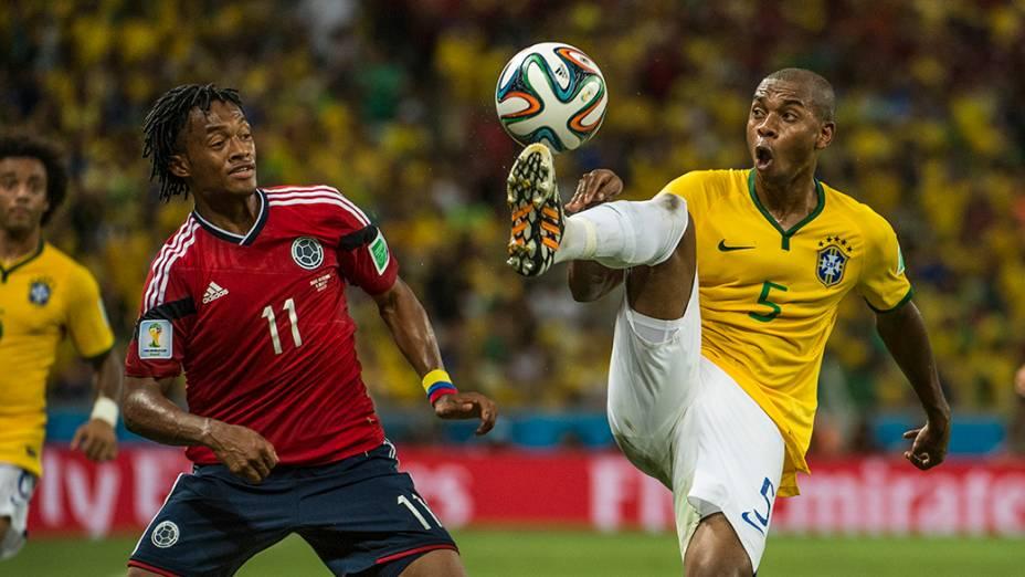 Fernandinho disputa a bola com Cuadrado, da Colômbia, no Castelão em Fortaleza