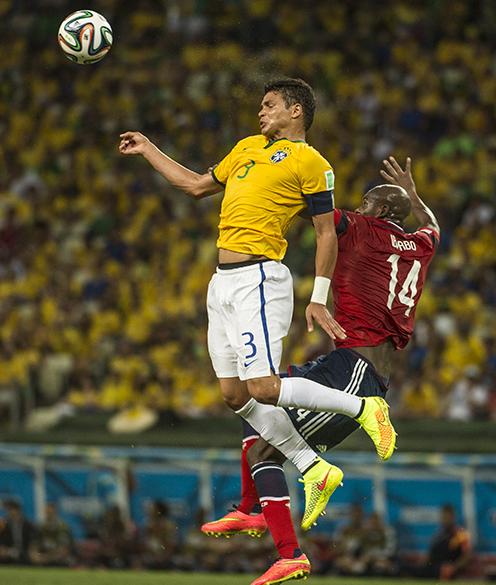 Thiago Silva cabeceia a bola no jogo contra a Colômbia no Castelão, em Fortaleza