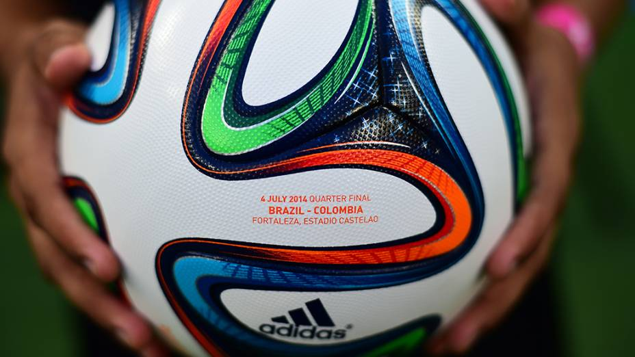 Detalhe na bola do jogo entre Brasil e Colômbia no Castelão, em Fortaleza