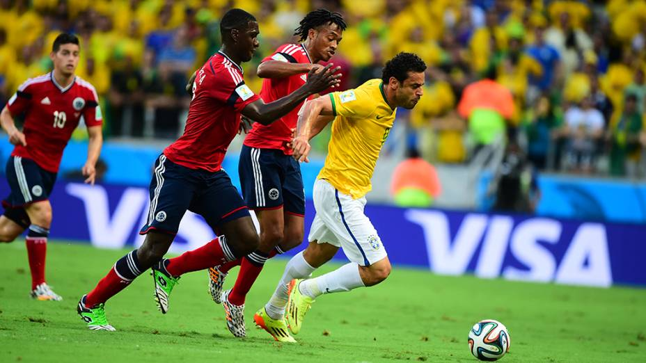 Fred é marcado por dois jogadores da Colômbia no Castelão, em Fortaleza