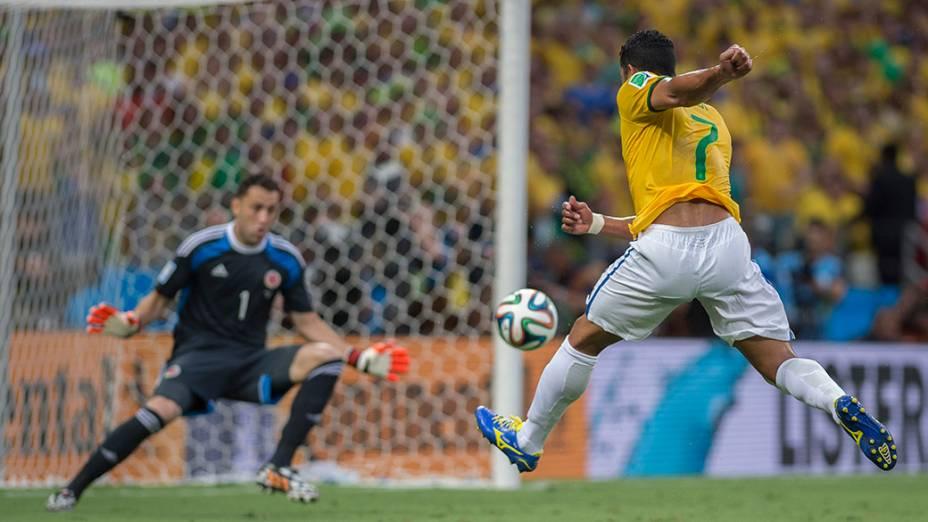 Hulk chuta a bola contra o gol da Colômbia