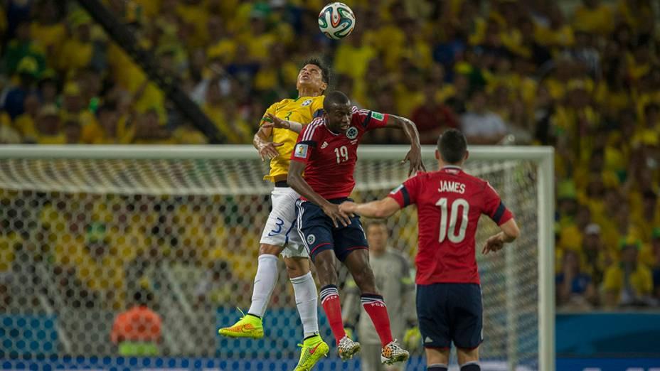 Thiago Silva disputa a bola com jogador da Colômbia