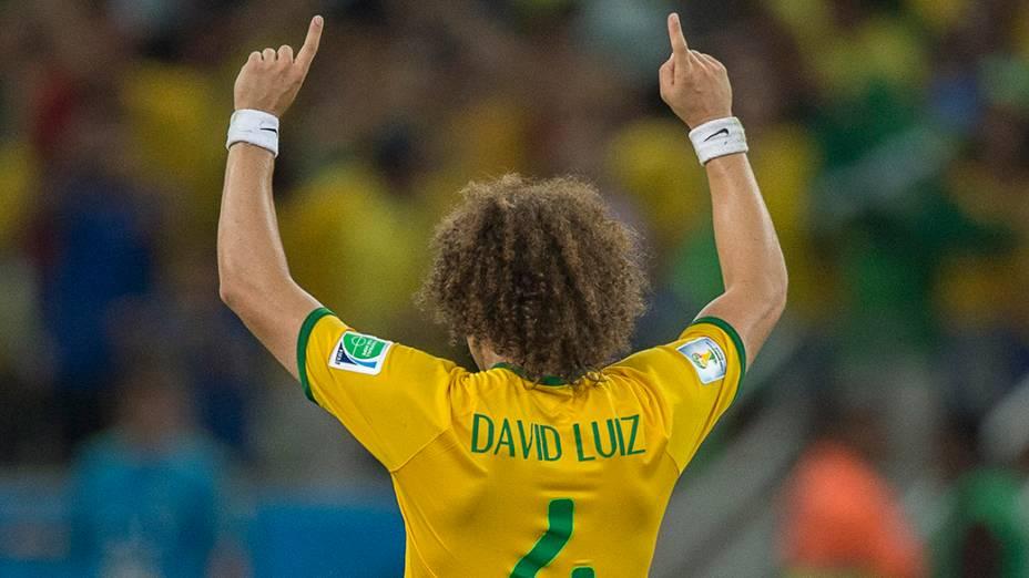 David Luiz comemora vitória do Brasil sobre a Colômbia no Castelão, em Fortaleza