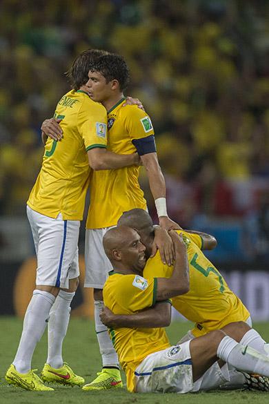 Jogadores do Brasil comemoram vitória sobre a Colômbia