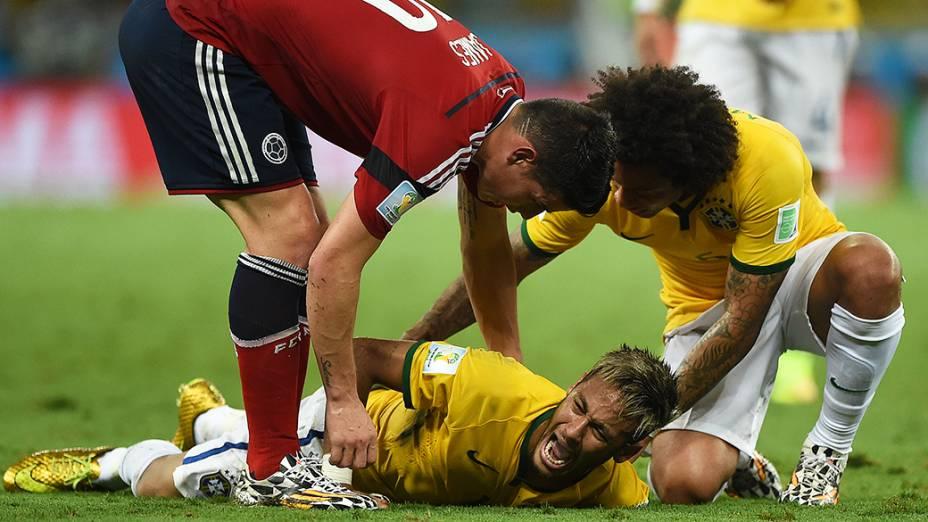 Neymar geme de dor após entrada dura do jogador da Colômbia