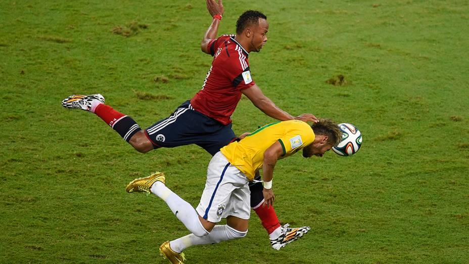 O colombiano Juan Zuñiga dá entrada dura em Neymar