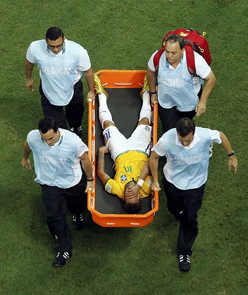 Neymar é retirado de maca do campo, após falta do jogador colombiano Zuñiga
