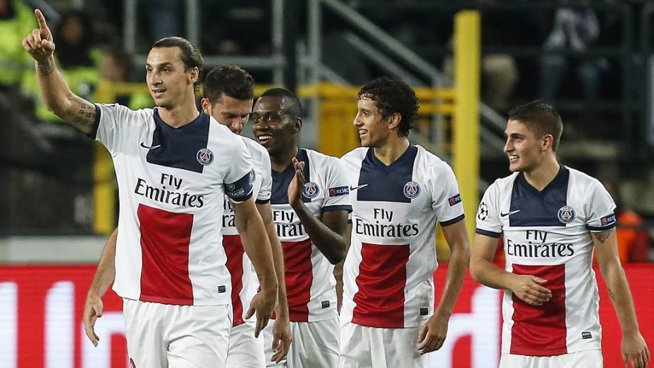 Ibrahimovic comemora gol com os companheiros de PSG na vitória sobre o Anderlecht