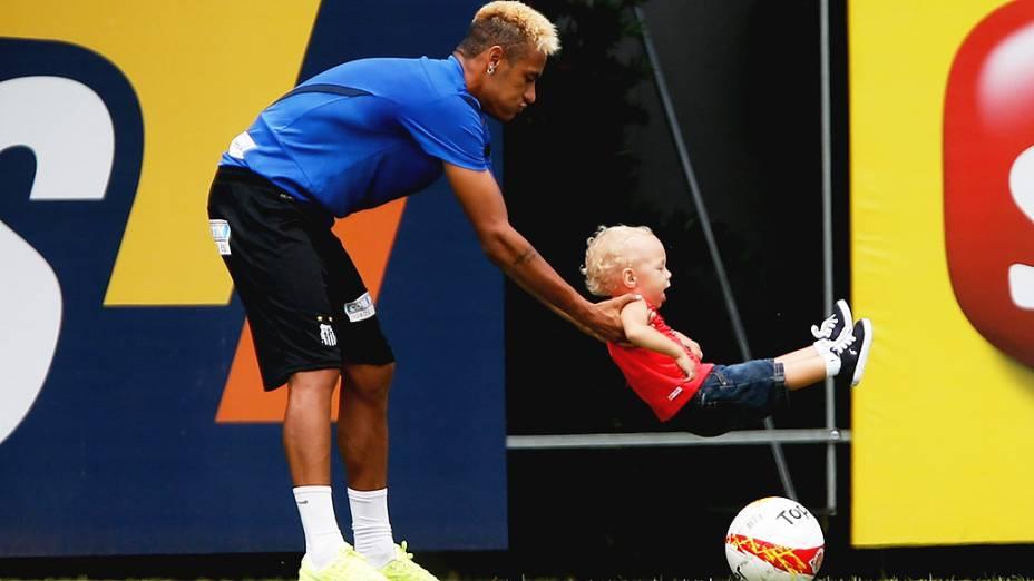 Neymar e seu filho Davi Lucca durante o treino do Santos realizado no CT Rei Pelé, em Santos