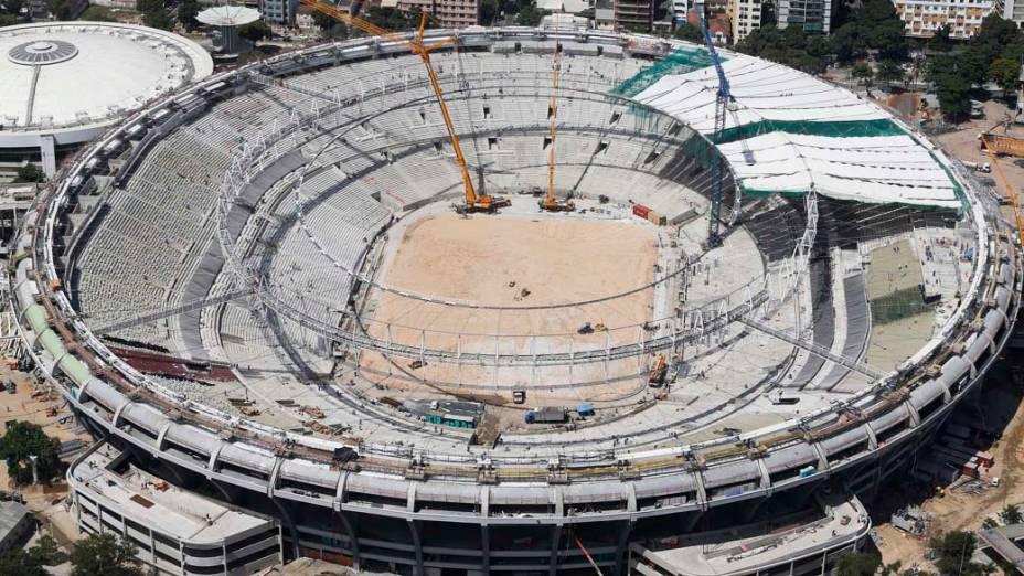 Instalação da cobertura durante reformas no Maracanã, em 22/02/2013