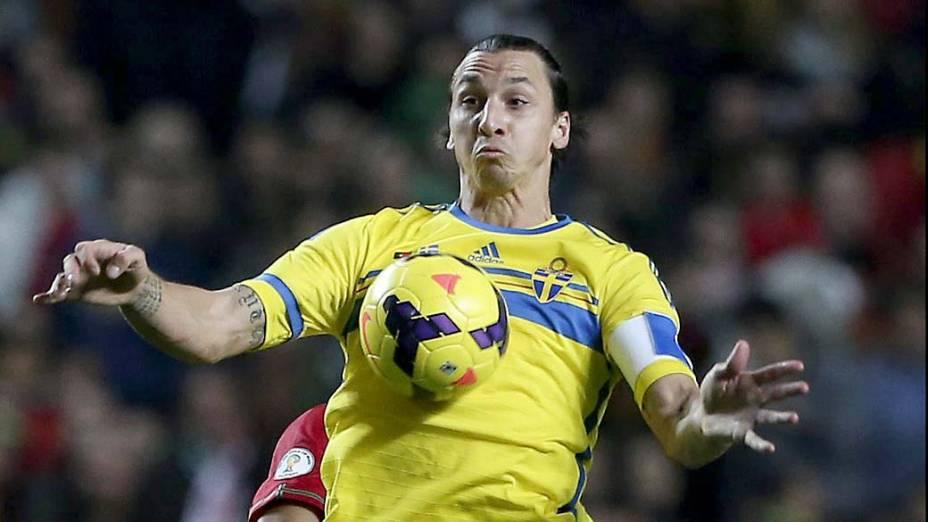 Jogador da Suécia, Ibrahimovic, durante partida contra Portugal, pelas eliminatórias da Copa dao Mundo, em Lisboa