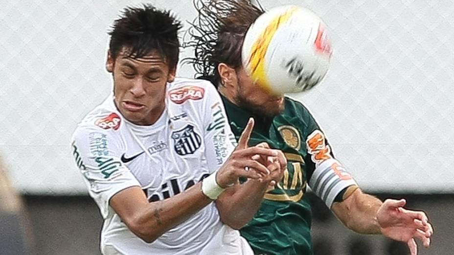 Neymar disputa a bola com o jogador Henrique do Palmeiras, pelas quartas de final do Campeonato Paulista