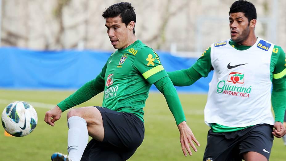 Hernanes e Hulk durante treino da seleção brasileira nesta quarta antes do amistoso contra a Itália em Genebra, Suíça