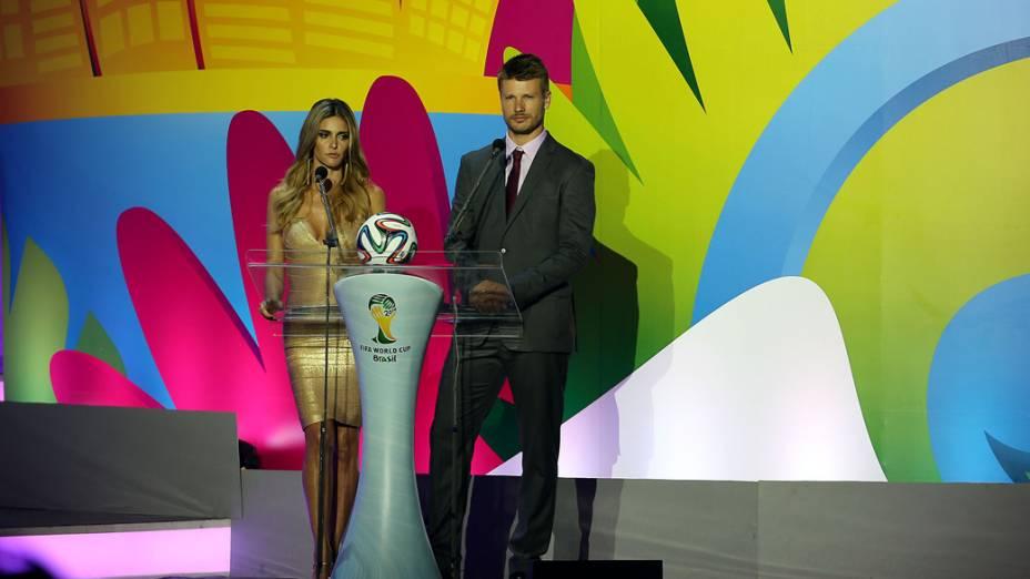 Fernanda Lima e Rodrigo Hilbert apresentam a cerimônia do sorteio dos grupos da Copa