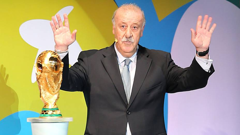 Técnico da Espanha, Vicente del Bosque entrega a taça durante cerimônia do sorteio dos grupos da Copa de 2014