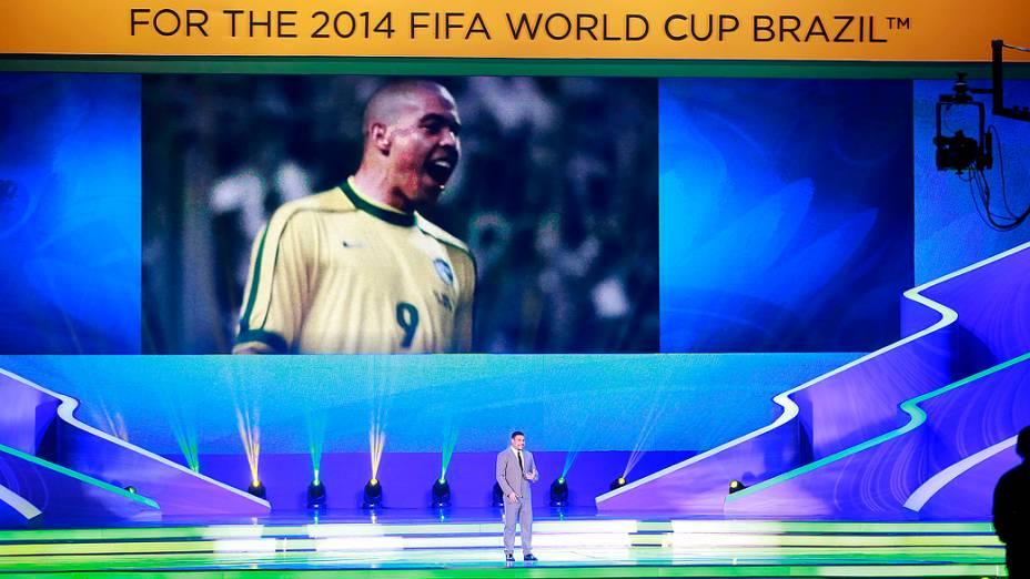Ronaldo durante a cerimônia do sorteio dos grupos da Copa de 2014