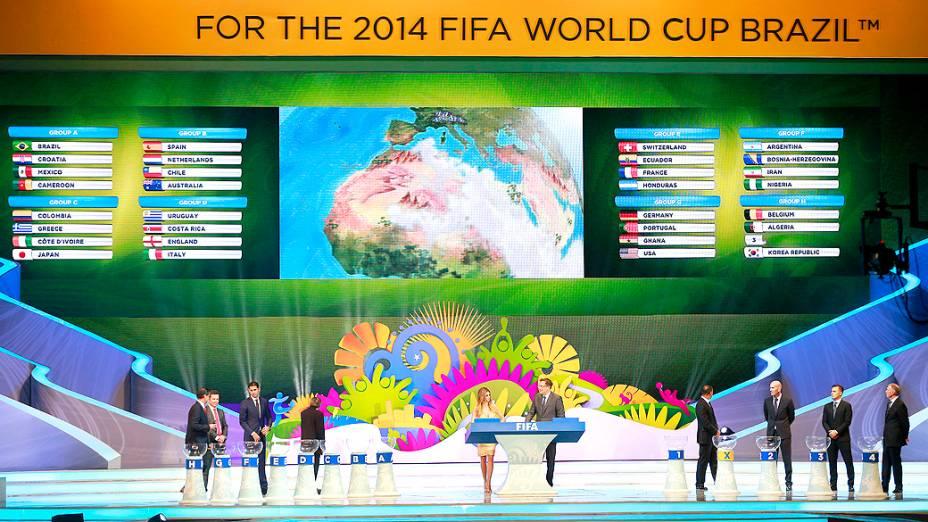 Telão mostra os grupos da Copa do Mundo de 2014
