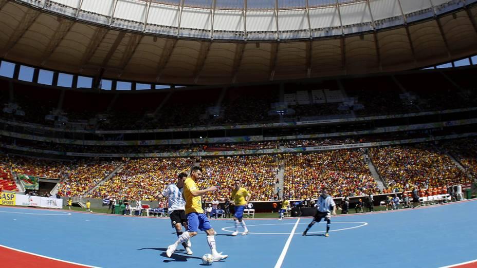 Jogadores de Brasil e Argentina disputam o Desafio de Futsal no estádio Mané Garrincha, em Brasília