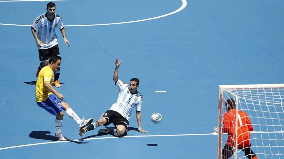 Falcão teve boa chance na partida, mas a bola saiu por pouco
