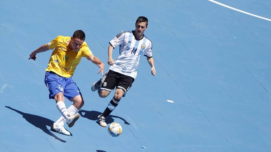 Capitão Rodrigo arrisca chute no Desafio de Futsal no estádio Mané Garrincha, em Brasília