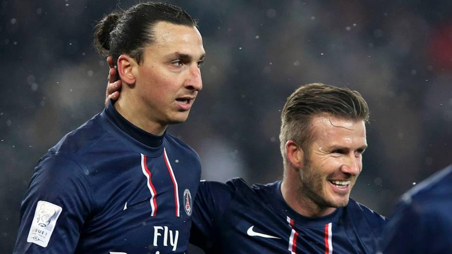 Ibrahimovic comemora com David Beckham, após seu gol contra o Olympic de Marseille pelo campeonato francês